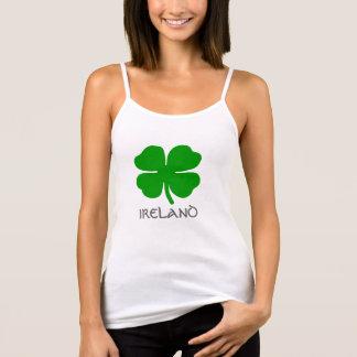 """Irländskt fyrklövert och titel """"IRLAND"""". Tee"""