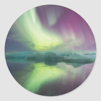 Island Jokulsarlon. Auroraljus reflekterar Runt Klistermärke