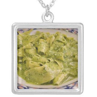 Italien Camogli. Plätera av pasta med pesto Silverpläterat Halsband