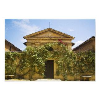 Italien Tuscany, gammal ro täckt kyrka in Fototryck