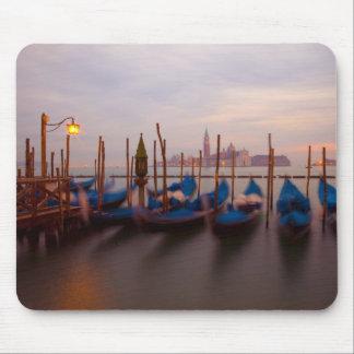 Italien Venedig. Förankrade gondoler på twilight. Musmatta