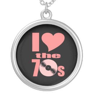Jag älskar 70-tal halsband med rund hängsmycke