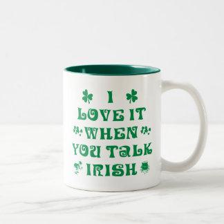 Jag älskar det, när du talar den irländska gåvan Två-Tonad mugg