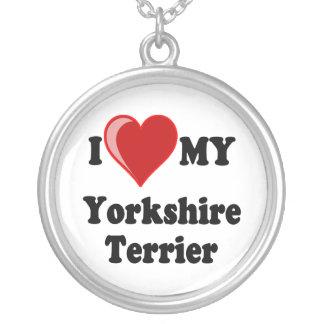 Jag älskar mitt halsband för den Yorkshire terrier