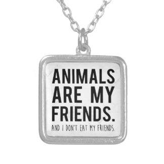 jag äter inte min friends. halsband med fyrkantigt hängsmycke