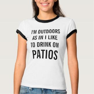 Jag gillar för att dricka på uteplatskvinna t-shirts
