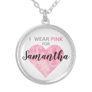 Jag ha på sig det rosa hjärtahalsbandet, rundan, silverpläterat halsband