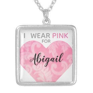 Jag ha på sig det rosa hjärtahalsbandet, silverpläterat halsband