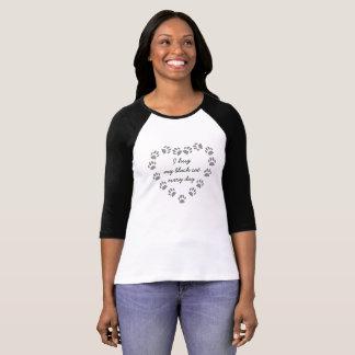 Jag kramar min svart katt varje dag i en t shirt