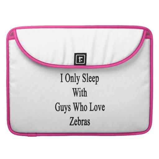 Jag sovar endast med grabbar som älskar zebror MacBook pro sleeves