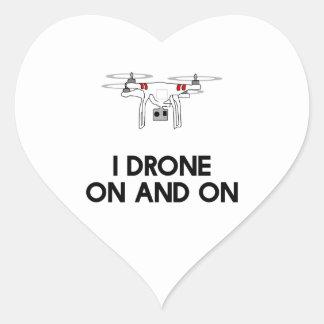 Jag surrar på och på quadcopter hjärtformat klistermärke