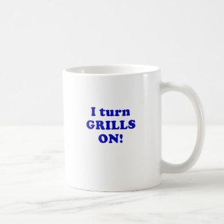 Jag vänder grillar på kaffemugg
