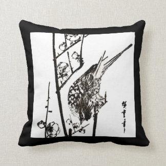 Japansk fågel på en svartvit gren - kudde