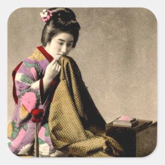 Japansk Geisha för vintage som syr en Kimono Fyrkantigt Klistermärke