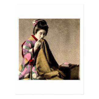 Japansk Geisha för vintage som syr en Kimono Vykort