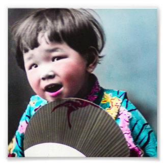 Japansk liten flicka för vintage och pappersfläkt fototryck