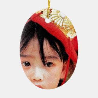 Japansk liten flicka som ha på sig en Kimono Julgransprydnad Keramik