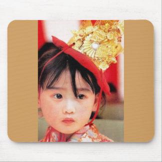 Japansk liten flicka som ha på sig en Kimono Musmatta