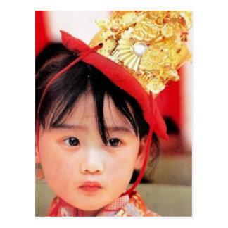Japansk liten flicka som ha på sig en Kimono Vykort