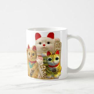 Japansk lycka till för lycklig katt som vinkar kaffemugg