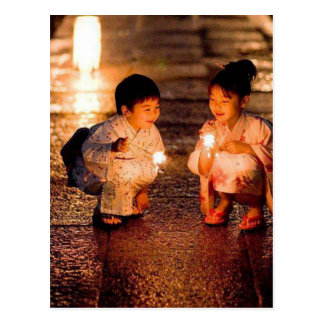 Japanska liten flicka som ha på sig kimonoen vykort