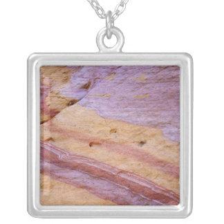 Järnoxider färgar ett sandstenbildande silverpläterat halsband