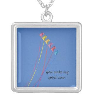 Jippodrakeflyg i himmlen halsband med fyrkantigt hängsmycke