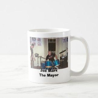 Joe trummar på GIF, den Joe MarxThe borgmästare Vit Mugg