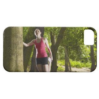 Joggare som sträcker i skog barely there iPhone 5 fodral