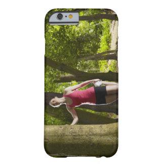 Joggare som sträcker i skog barely there iPhone 6 skal