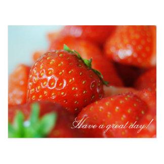 Jordgubbar på en sommar dag med bokeh verkställer vykort