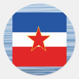 Jugoslavisk flagga som flyter på vatten runt klistermärke