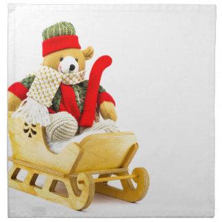 Julen uthärdar i träsleigh på vit tygservett