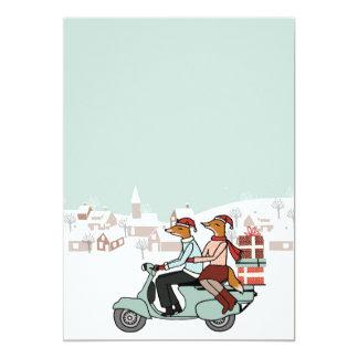 Julhelgdaginbjudan - rävar rider en Vespa 12,7 X 17,8 Cm Inbjudningskort