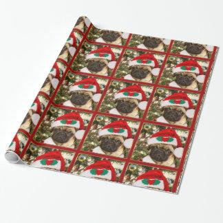 Julmops som slår in papper presentpapper