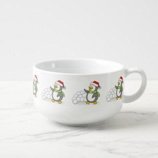 Julpingvin med att vinka för snöbollar soppmugg