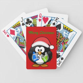 Julpingvin som leker kort spelkort