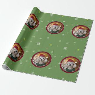 Julpudelhund som slår in papper presentpapper