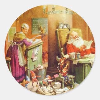 Jultomten & Fru Claus i nordpolenmailroomen Runt Klistermärke