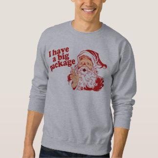 Jultomten har ett stort paket lång ärmad tröja