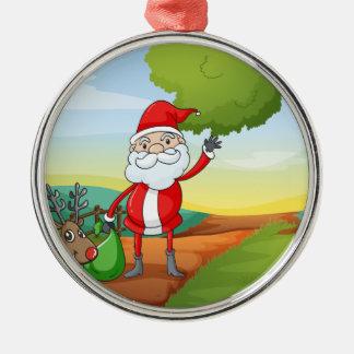 jultomten och en ren rund silverfärgad julgransprydnad