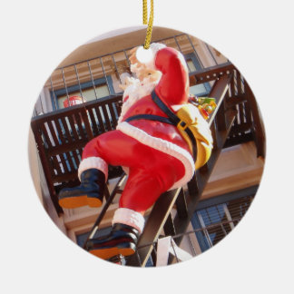 Jultomten på avfyraflykten rund julgransprydnad i keramik