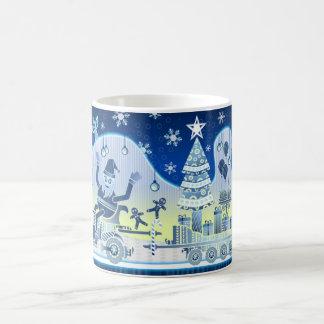 Jultomten som Carting gåvor över ett snöig, Vit Mugg
