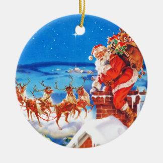 Jultomten upp på rooftopen i snön rund julgransprydnad i keramik