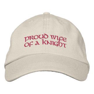 K av hatten för baseball av för en riddare för C Broderad Keps