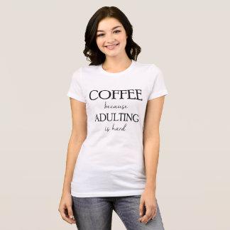 Kaffe, därför att Adulting är den hårda T-tröja Tee