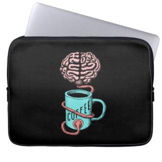 Kaffe för hjärnan. Rolig kaffeillustration Laptop Sleeve