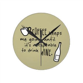 Kaffe håller mig att gå… rund klocka
