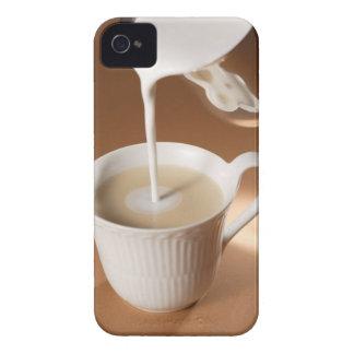 Kaffe med mjölk som in hälls iPhone 4 Case-Mate fodral