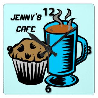 Kaffe med muffinen kvadrerar väggen tar tid på fyrkantig klocka
